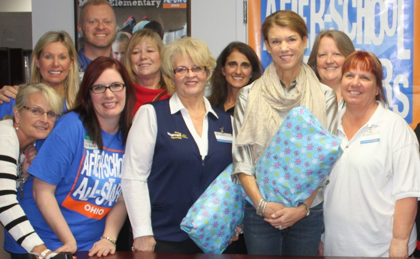First Lady Kasich and Volunteers Gift Wrap Winter Items